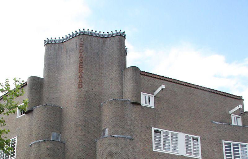 Ook de hijsbalken van De Dageraad zijn relatief simpel vormgegeven.