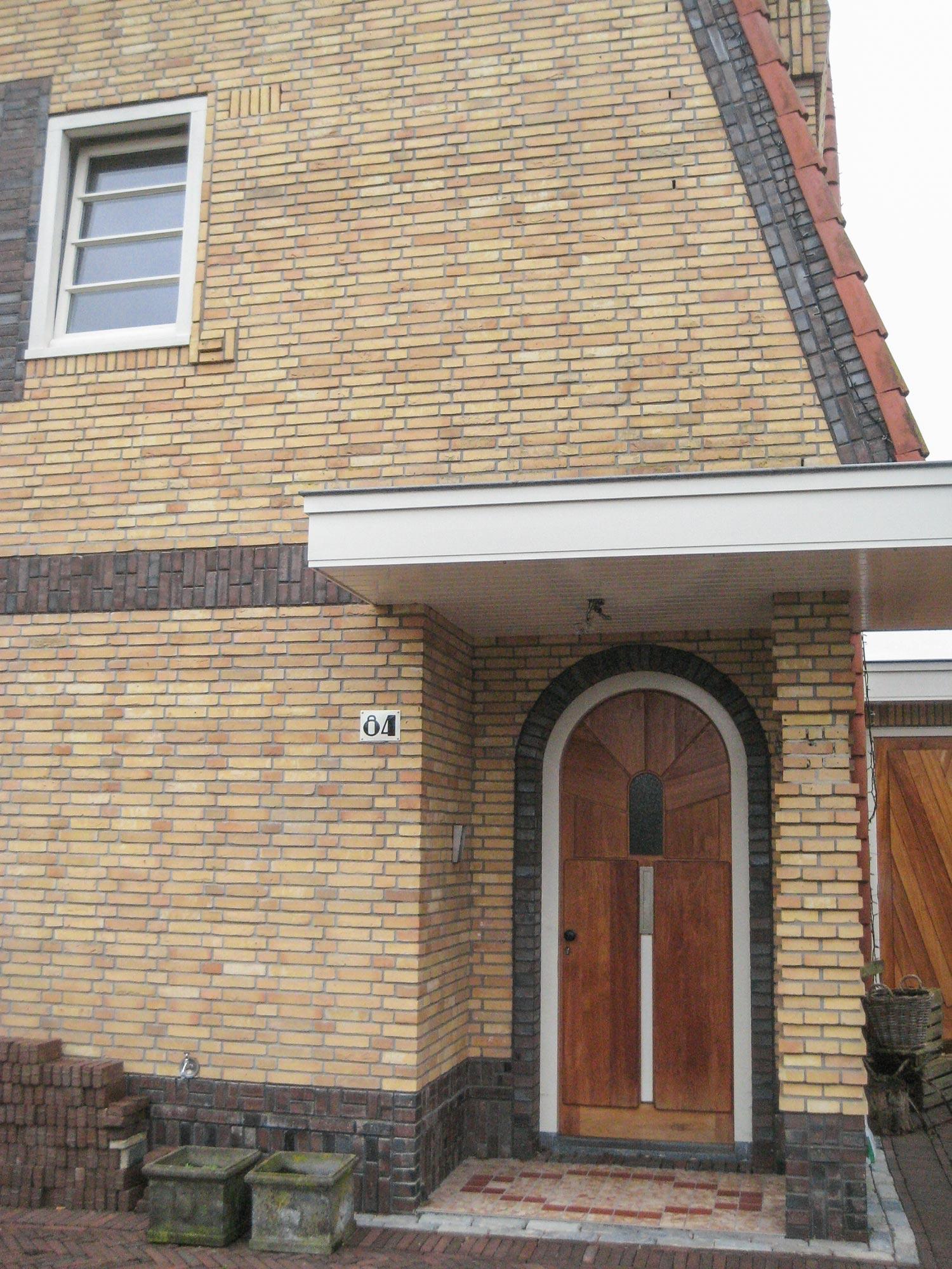 De voordeur, mét huisnummer in stijl.