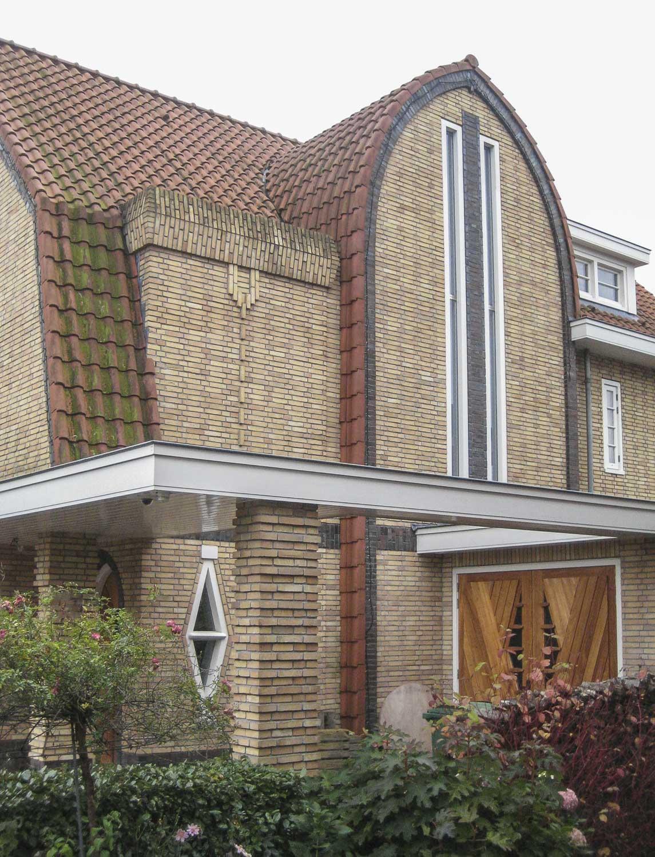 De entree met aparte raamvormen en  siermetselwerk.
